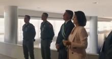 Um homem de fé, Bolsonaro chora ao lado de Michele, em hino de louvor (veja o vídeo)