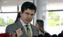 Randolfe deu início aos ataques contra o assessor de Bolsonaro processado por 'ajeitar o paletó' (veja o vídeo)