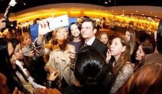 Em shows, artistas homenageiam Moro e a unanimidade da plateia delira espontaneamente (Veja os vídeos)