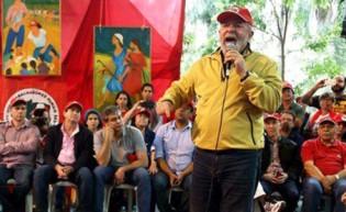 O líder acuado, num mundo fictício e que só discursa para plateia de militantes.