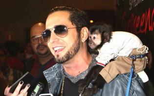 Um cantor chamado Latino tem um macaco