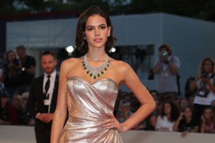 Bruna Marquezine brilha com seu vestido de ouro no Festival de Cinema em Veneza