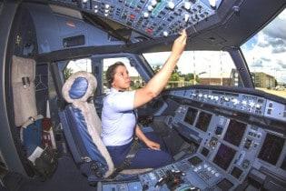 Uma mulher no comando do avião presidencial. Aguardemos os aplausos do #EleNão...