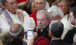 Lula atônito para transformar velório em comício, arruma até advogado novo (Veja o Vídeo)