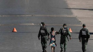 Começa o confronto na fronteira do Brasil com a Venezuela e índia é a primeira vítima