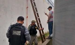A fuga de presidiários no carnaval com uma pequena corda e uma escada