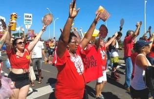 """PT faz carnaval """"Lula Livre"""" em POA e protagoniza novo vexame (Veja o Vídeo)"""