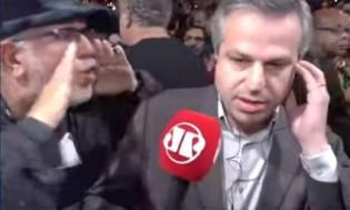 Petistas, disfarçados de estudantes, intimidam e hostilizam repórter da rádio Jovem Pan (Veja o Vídeo)
