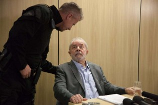 Por que o Lula ainda dá entrevistas?