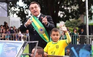 Rede Globo esquece de mudar o usuário e ataca garoto que pegou carona com Bolsonaro
