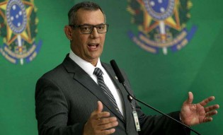 Um de cada vez, jornalistas da Globo recebem verdadeira lição de moral do General Rêgo Barros (Veja o Vídeo)
