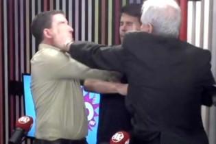 Um outro ângulo do tapa na cara que lavou a alma do cidadão de bem (veja o vídeo)