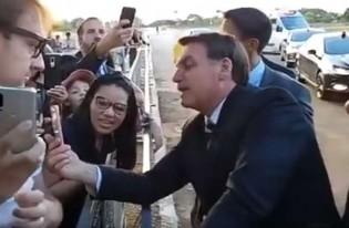 AO VIVO: Na saída do Alvorada, Bolsonaro brinca com funcionária da Havan e leva plateia ao delírio  (veja o vídeo)