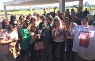 AO VIVO: Mulheres bolsonarianas de todo o Brasil surpreendem o presidente na saída do Alvorada (veja o vídeo)
