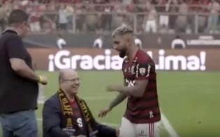 De joelhos, Witzel passa vergonha e é ignorado por Gabigol (veja o vídeo)