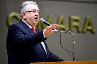 Aprendiz de Lula, parlamentar petista vai ao microfone dizer que não está presente (veja o vídeo)