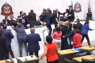 """Sindicalistas invadem a ALESP, chamam Janaína de """"nazista"""" e ameaçam de morte """"Mamãe Falei"""" (veja o vídeo)"""