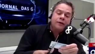 Jornalista defende postura de Bolsonaro com a imprensa e rasga carteira da FENAJ, ao vivo (veja o vídeo)