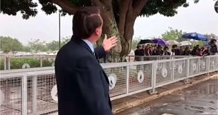 Bolsonaro muda a rotina e faz uma pergunta para a imprensa, que emudece e passa vergonha (veja o vídeo)
