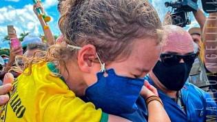 O Brasil abraça Bolsonaro: Nos braços da pequena Julia, o abraço do Brasil (veja o vídeo)