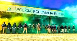 """Pela 1ª vez na história, presidente e ministro da Justiça acompanham em """"tempo real"""" uma operação da PRF"""