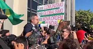 Weintraub é carregado nos braços do povo após depor na PF (veja o vídeo)