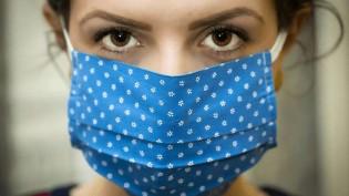É verdade que projeto de lei permite que policiais invadam residências para checar o uso de máscara?