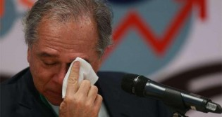 Guedes não contêm as lágrimas ao falar sobre o futuro do país com um grupo de estudantes (veja o vídeo)