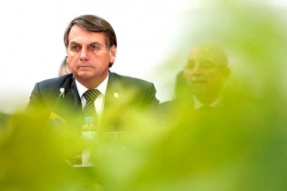 """Um dia na vida de Bolsonaro e a """"inédita crise"""" com os militares"""