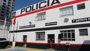 """Mulher que já foi presa por racismo volta a atacar vizinhos em Santos: """"Negra porca"""""""