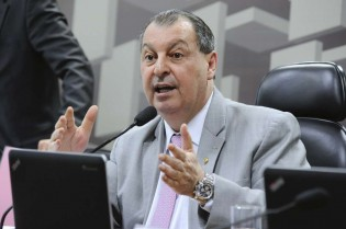 "Omar Aziz age como ""ditador"", acusa parlamentares e derruba requerimentos (veja o vídeo)"