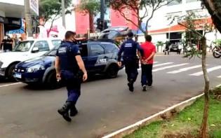 """Homem com faca é detido durante """"motociata"""" em Chapecó (veja o vídeo)"""