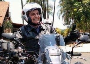 Meu Deus! Um presidente motoqueiro... É o fim! (veja o vídeo)