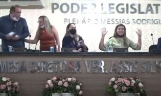 Em inexplicável ato de violência, vereador arranca microfone de vereadora (veja o vídeo)