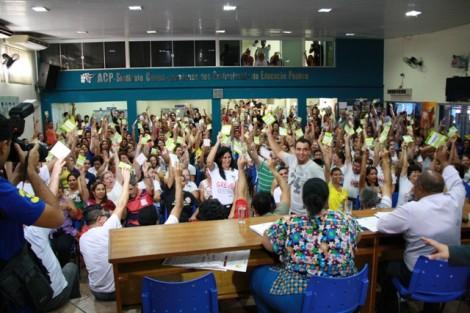 O caos permanece. Prefeitura se nega a cumprir a lei e professores continuam em greve