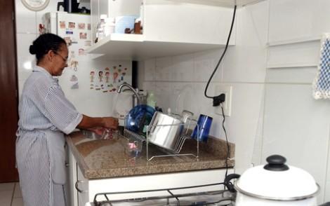 Ter empregada doméstica fica ainda mais difícil com novos direitos que entram em vigor hoje