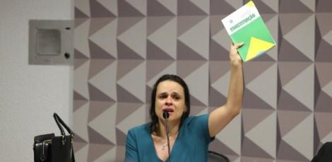 Emocionada, Janaína Paschoal lembra que PT negou a Constituição (Veja o vídeo)