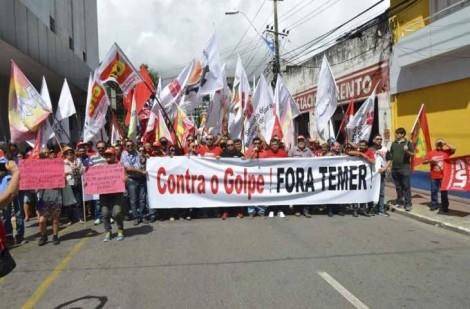 Manifestação da CUT e MST põe comerciantes em risco e ordena 'toque de recolher' (veja o vídeo)