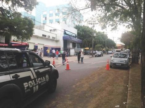 Policial tenta negociar rendição de bandidos, mas é morto inapelavelmente (Veja o Vídeo)