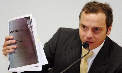 Gravação revela cobrança de R$ 100 mil para não delatar