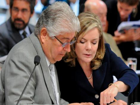 Na reunião de 'intelectuais' pró-Lula, estavam presentes Lindbergh, Gleisi e Requião