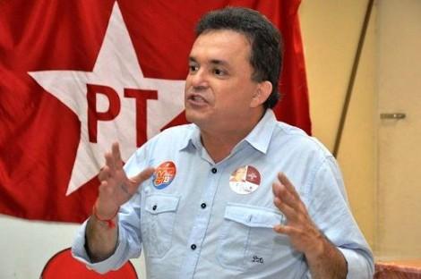Deputado do PT irrita manifestantes com postagem ofensiva (veja o post e vídeo)
