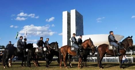 Militância petista se arma para 'machucar' animais da polícia montada