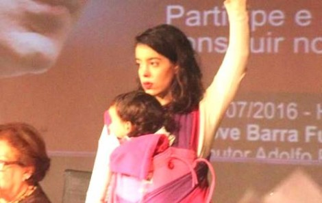 Petista presa em flagrante de pichação faz deprimente espetáculo de vitimização (veja o vídeo)
