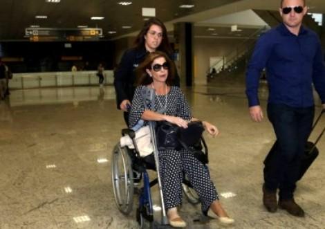 Na cadeira de rodas, mulher de Cunha é chamada de 'ladra', abaixa a cabeça e não esboça reação