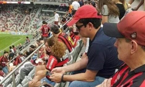 Um homem simples que vai ao estádio ver o seu time predileto