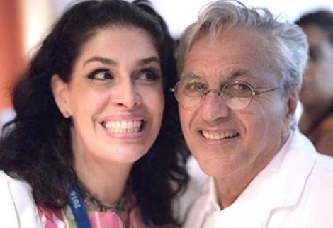 """Paula, ex de Caê, condena """"censura"""" nas artes, mas censurou biografias e o próprio marido"""