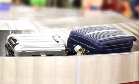 Vídeo flagra funcionários de companhia aérea revirando bagagens de clientes (veja o vídeo)