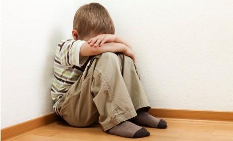 Professoras forçam menino de 6 anos a passar batom (veja o vídeo)