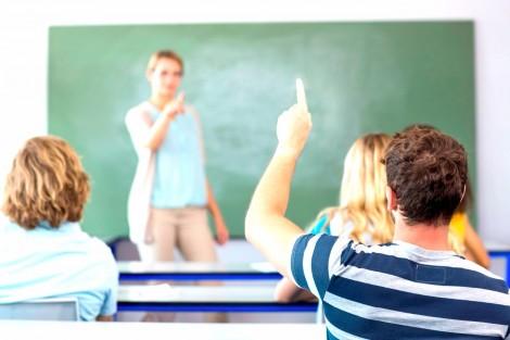 Doutrinadora é confrontada por aluno em sala de aula do RS  (veja o vídeo)